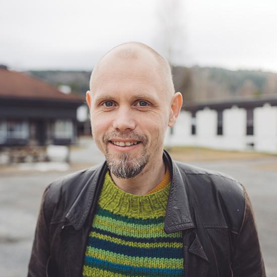 Claus Arthur Breda-Gulbrandsen jobber aktivt med filmproduksjon, og har blant annet laget flere videoer for Susanna & the Magical Orchestra og In the Country. Han underviser ved Romskip-linjen vår.