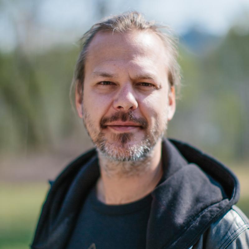 Vegard Eggum har jobbet en årrekke som studioprodusent og tekniker. Han er aktiv som soloartist og musiker, og har spilt i band fra han var 13 år. Han underviser nå i Rock& Metal.